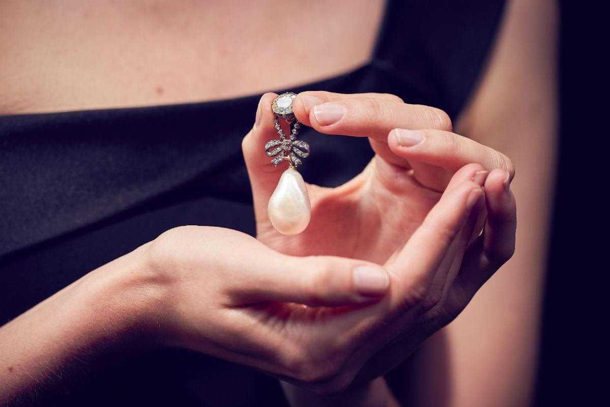 Sotheby's - Royal Jewels from the Bourbon Parma Family - Pendente con diamanti, perla naturale (26 mm x 18 mm) appartenuto alla Regina Maria Antonietta (stima $ 1-2 milioni). La differenza tra gioielli per la sera e per il giorno compare nel XVIII° secolo accentuando la diversità tra i gioielli personali e, nel caso della sfortunata regina, i cosiddetti gioielli della corona.