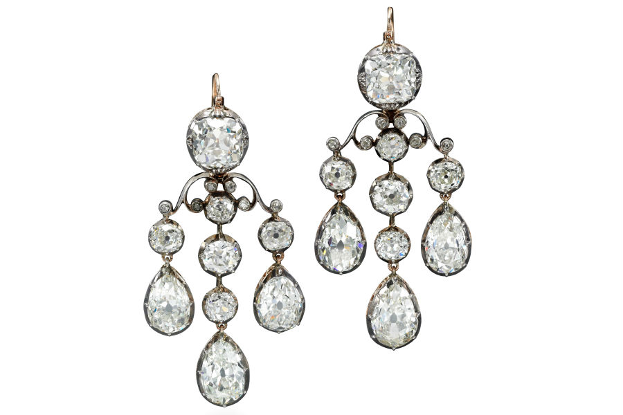 "Sotheby's - Royal Jewels from the Bourbon Parma Family - orecchini ""en girandole"" in diamanti (stima $ 150.000-250.000)."