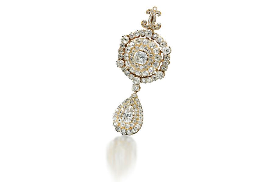 Sotheby's - Royal Jewels from the Bourbon Parma Family – La spilla in oro giallo con pendente in diamanti (stima $ 25.000-35.000) fu regalata alla principessa Maria Pia di Borbone-Due Sicilie (1849-1882) in occasione del suo matrimonio con Roberto I, dal nonno di suo marito, Carlo II di Parma.