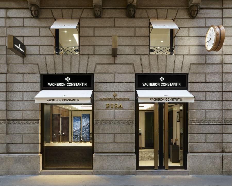 La doppia vetrina della nuova boutique Vacheron Constantin di via Verri 9 a Milano, aperta a partire dal 7 giugno scorso in partnership con Pisa Orologeria.