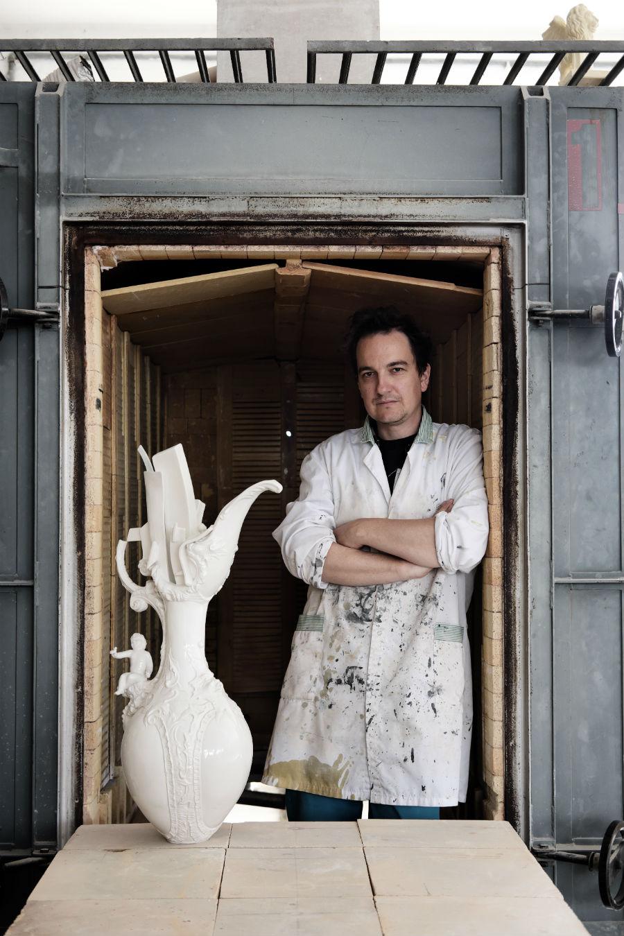 Ritratto del Maestro Paolo Polloniato con una sua opera rappresentativa in ceramica di Nove. © Neil Barbisan