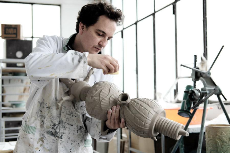 Paolo Polloniato al lavoro presso il suo atelier dove realizza opere in ceramica di Nove