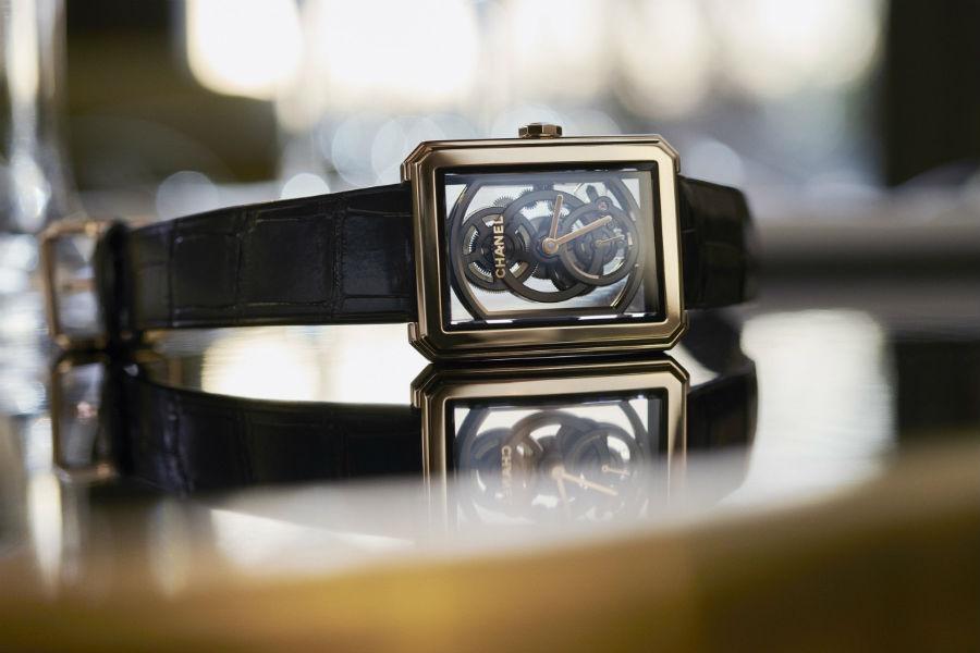 Chanel Horlogerie – Chanel BoyFriend Squelette Calibro 3 – movimento meccanico a carica manuale di manifattura Calibro 3 – cassa da 37 x 28,6 mm in oro beige – autonomia di 55 ore – impermeabile a 3 atmosfere – cinturino in alligatore nero lucido con fibbia ad ardiglione in oro beige.