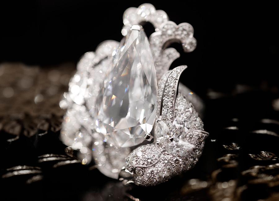 CHANEL GIOIELLI Fine Jewelry – Collezione Coromandel - Précieux Envol - Collana in oro bianco e diamanti. Anello in oro bianco e diamanti in parure.