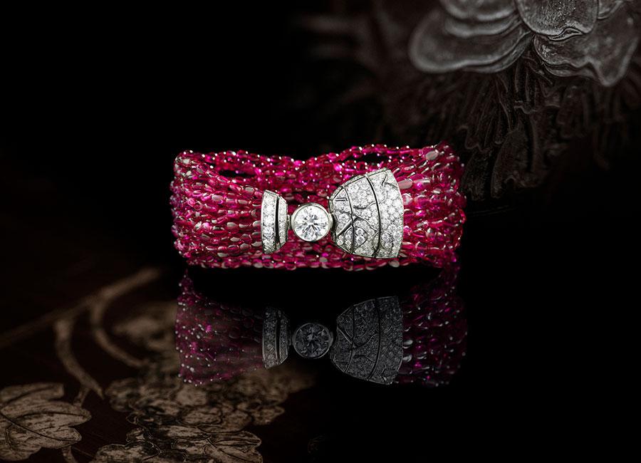 CHANEL GIOIELLI Fine Jewelry – Collezione Coromandel - Évocation Florale - Bracciale in oro bianco con rubini e diamanti.