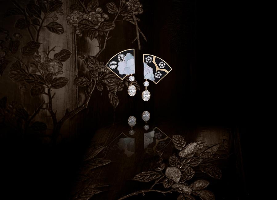 CHANEL GIOIELLI Fine Jewelry – Collezione Coromandel - FLEUR DE LAQUE - Orecchini in oro bianco, oro giallo, perle coltivate, diamanti, lacca nera e madreperla.