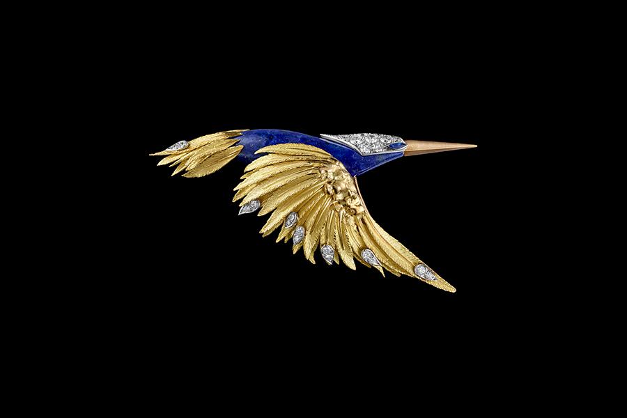 """Chaumet Gioielli - Spilla """"Colibrì in volo"""" realizzata nel 1977 – (Béatrice de Plinval et Pierre Sterlé per Chaumet) in oro sabbiato con lapislazzuli e diamanti. Copyright: """"Rights reserved @Chaumet."""
