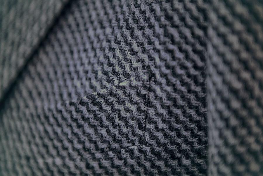Lanificio Zignone - particolare di un tessuto biellese utilizzato per realizzare un capo di abbigliamento da uomo per la collezione autunno - inverno 2019