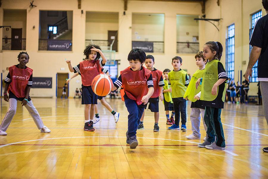 Alcuni bambini del progetto Polisportiva Napoli, sostenuto da Laureus Italia e IWC Schaffhausen, giocano a basket