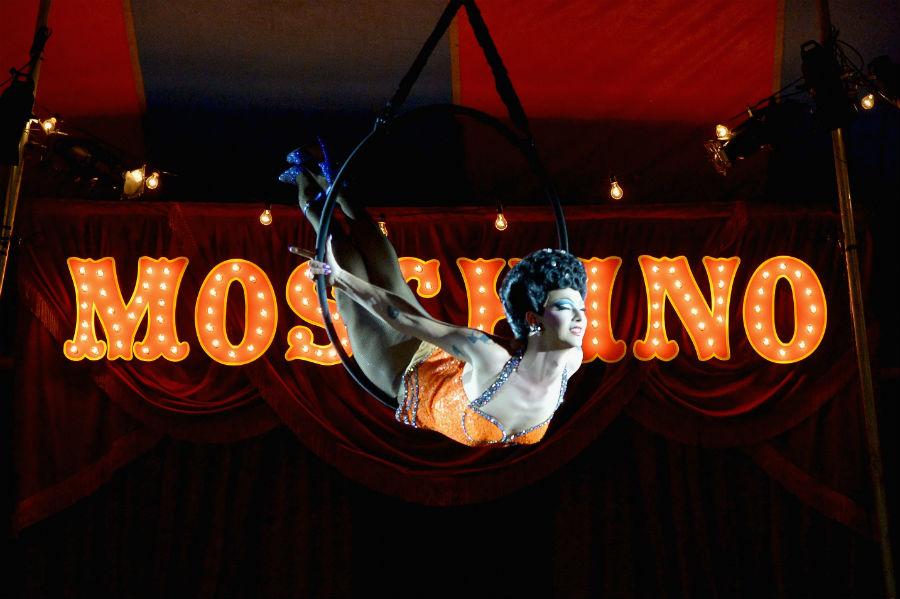 Moschino Resort 2019 e Menswear by Jeremy Scott: nell'immagine l'esibizione al trapezio di Violeta Chachki