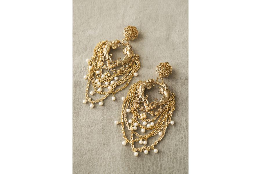 Ornella Bijoux: Orecchini realizzati a mano, metallo dorato, perle di imitazione. Collezione Amorini, 2000. ©Francesca Moscheni