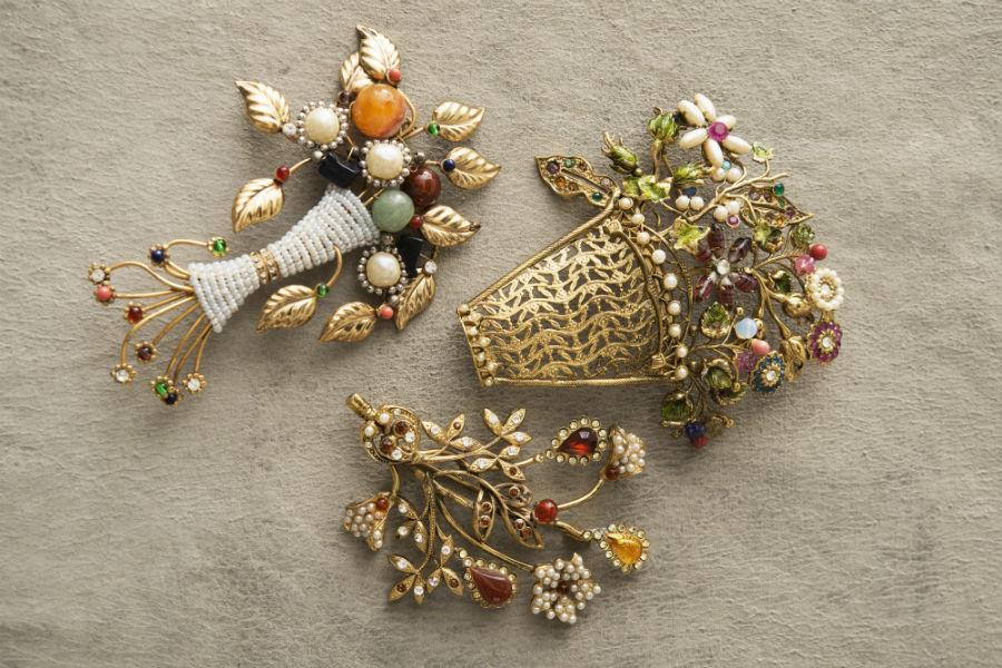 Ornella Bijoux: Trittico di spille realizzate a mano in metallo dorato, pietre di pasta di vetro, perle di imitazione, cristalli Swarovski. Collezione Flowers, 1970. ©Francesca Moscheni