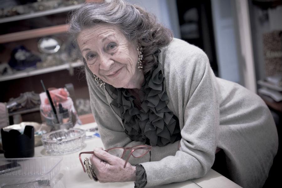 Maria Vittoria Albani Scala, creatrice di Ornella Bijoux: L'indiscussa signora del bijoux italiano posa al banco di lavoro. La sua straordinaria attitudine al disegno e alla composizione creativa le ha permesso, in tutti questi anni di attività, di scrivere le pagine più belle della storia degli accessori della moda italiana e non solo.