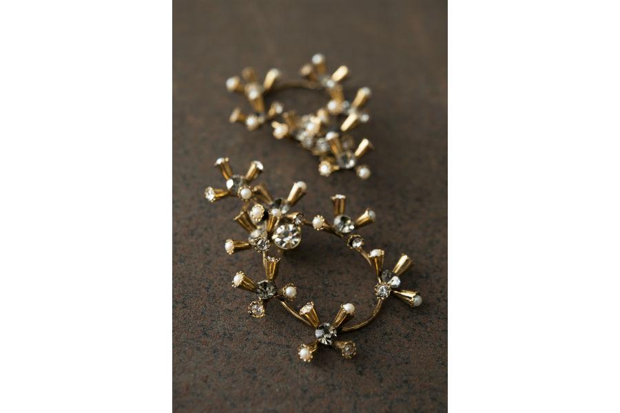 Ornella Bijoux: Orecchini realizzati a mano in metallo dorato, cristalli Swarovski, perle di imitazione. Collezione Astri, 1980. ©Francesca Moscheni