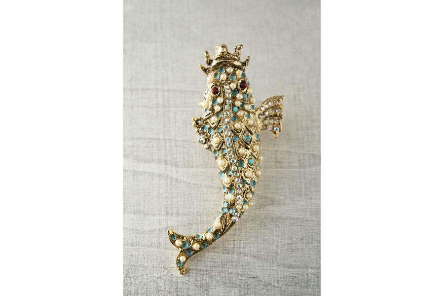Ornella Bijoux: Anello realizzato a mano in metallo dorato, perle di imitazione, cristalli Swarovski, smaltato a mano. Collezione Animalier, anni '60. ©Francesca Moscheni