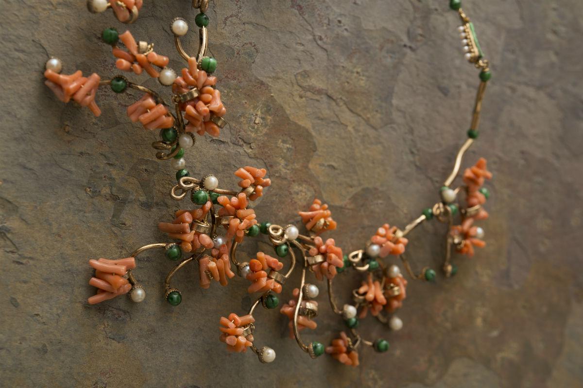 Ornella Bijoux: Collana realizzata a mano in metallo dorato, pietre di pasta di vetro, perle di imitazione, tronchesi di corallo vero. Il bijoux è stato selezionato al Concorso Sorelle Fontana dell'accessorio nell'alta moda, nel 1957 a Roma.