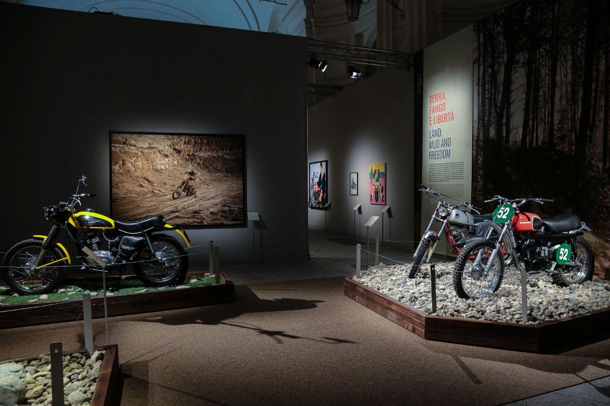 """Venaria Reale, immagini dell'allestimento dellla mostra """"Easy Rider. Il mito della motocicletta come arte"""""""