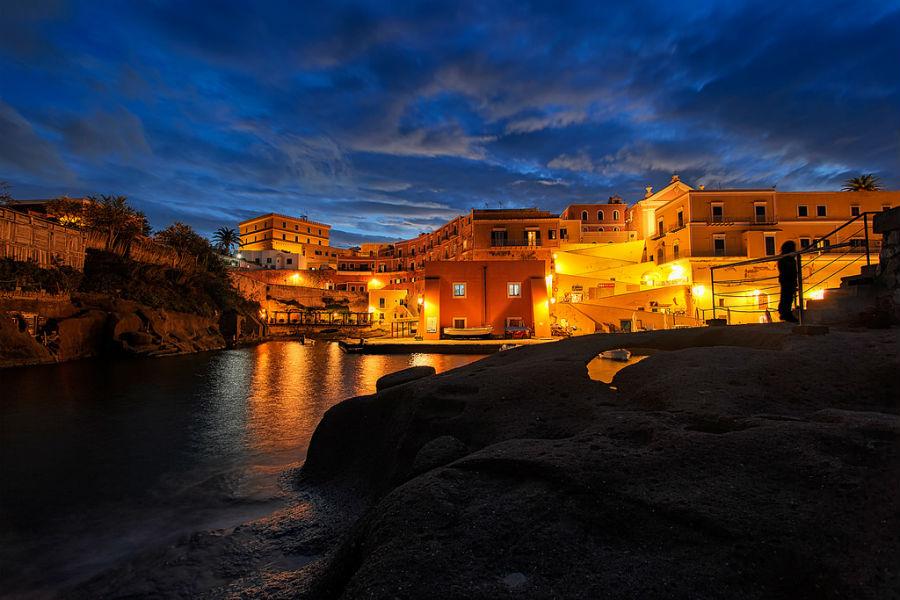 Ventotene: scorcio dell'isola al tramonto