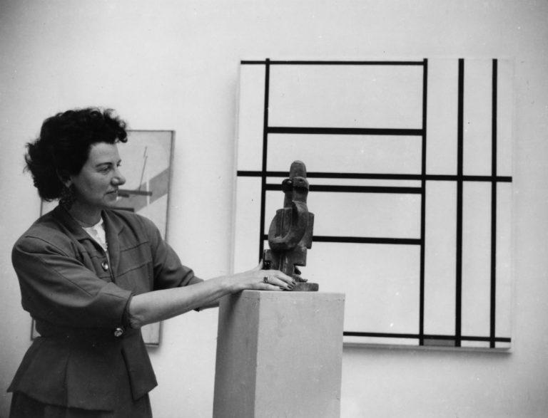 Peggy Guggenheim ritratta con un pezzo della sua collezione