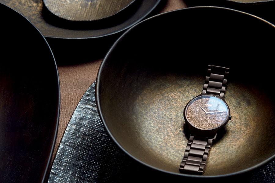 Rado True Thinline Nature Collection marrone, l'unico a non ricorrere all'utilizzo della madreperla. Ma a prediligere invece un rivestimento metallizzato in grado di riflettere la luce naturale proprio come un minerale.