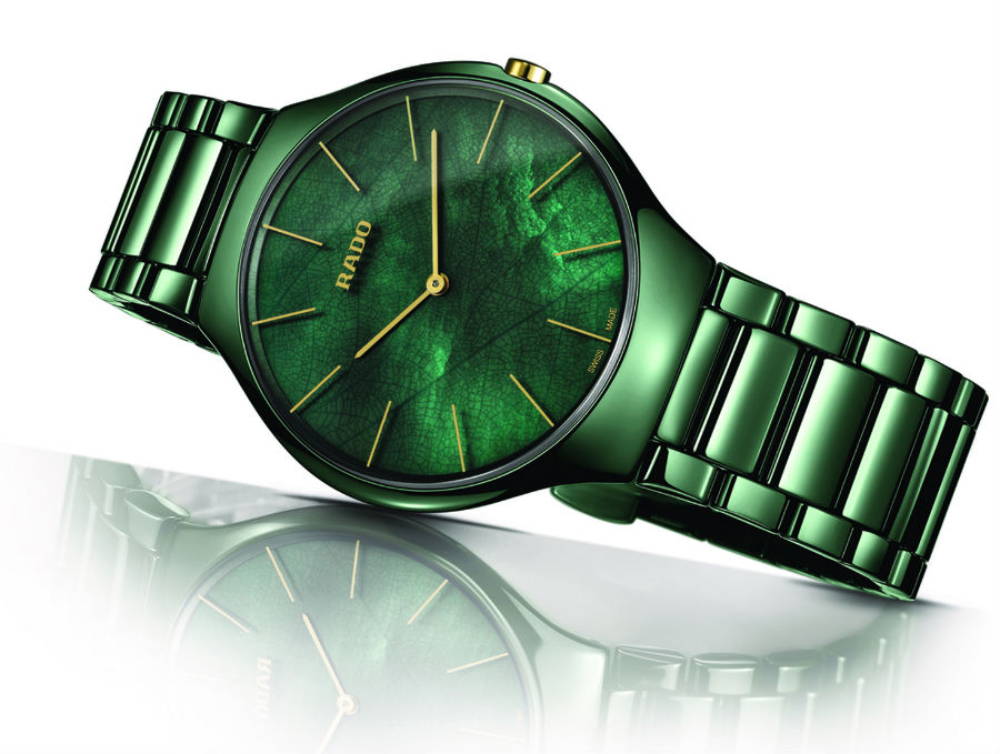 Rado True Thinline Nature Collection – cassa monoblocco in ceramica high-tech verde lucida da 39 mm – impermeabile a 3 atmosfere – bracciale in ceramica hi-tech a tre file – fondello in titanio sabbiato – quadrante in madreperla ad effetto ramage – movimento ETA al quarzo.