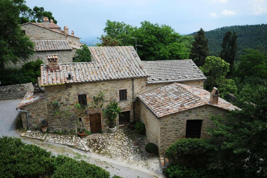 Borgo Castello di Fighine - immagini della facciata principale e delle costruzioni all'interno del borgo