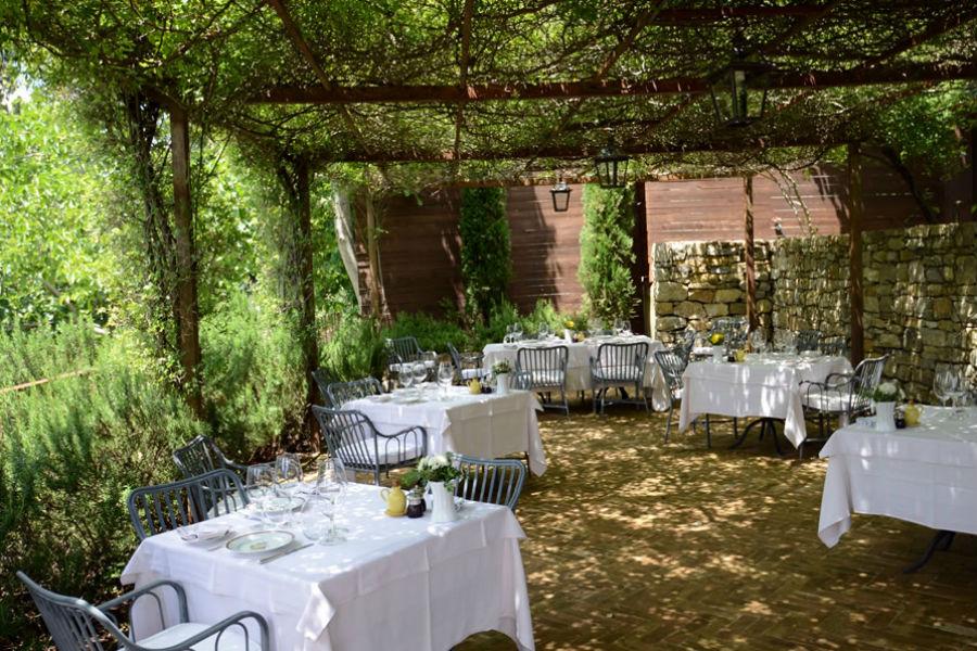 Borgo Castello di Fighine - la veranda esterna del ristorante