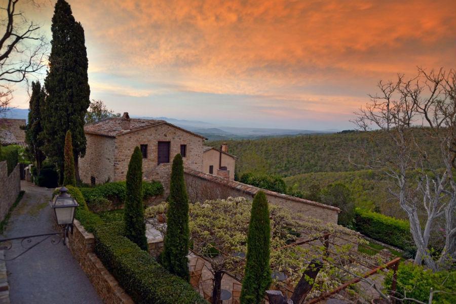 Borgo Castello di Fighine al tramonto