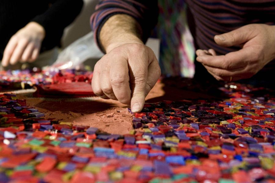 Fondazione Cini - Venezia - Homo Faber: l'artigiano Giulio Candussio al lavoro su di un mosaico