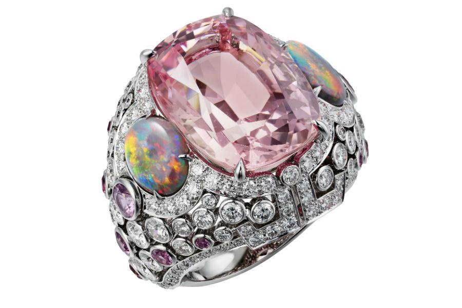 Gioielli Cartier – Coloratura – Alta gioielleria - Anello Yoshino in oro bianco, morganite forma coussin (17,12 carati), due opali taglio cabochon (1,72 carati), zaffiri rosa, diamanti taglio brillante.