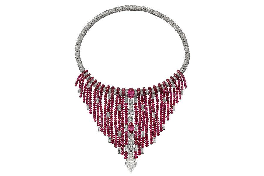 Gioielli Cartier – Coloratura – Alta gioielleria – Collier Kanaga in oro bianco, due spinelli rosa- aranciato (7,58 carati), due diamanti triangolari taglio a gradini (8,39 carati), sferette di spinelli, diamanti triangolari, diamanti taglio baguette, diamanti taglio brillante.