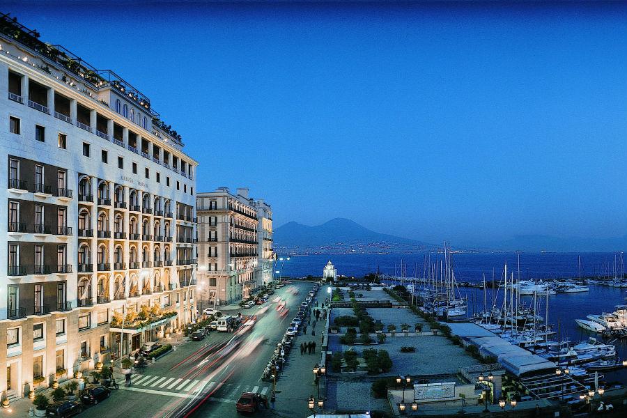 Grand Hotel Vesuvio Napoli: facciata esterna dell'hotel situato in via Partenope, sul lungomare di Napoli