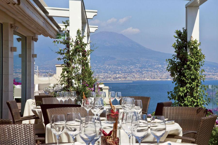Grand Hotel Vesuvio Napoli: ristorante sulla terrazza panoramica con vista Vesuvio