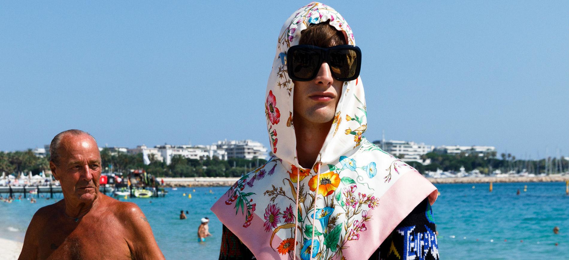 Modello in abiti Gucci Cruise Uomo 2019 sulla spiaggia di Cannes - credits Martin Parr