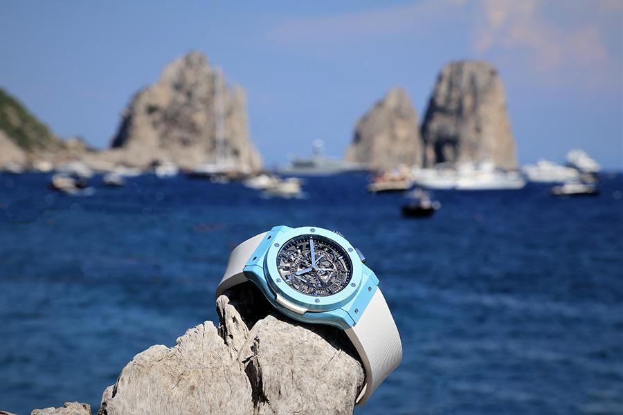 Hublot Classic Fusion Capri adagiato su di uno scoglio sul mare del Golfo di Napoli