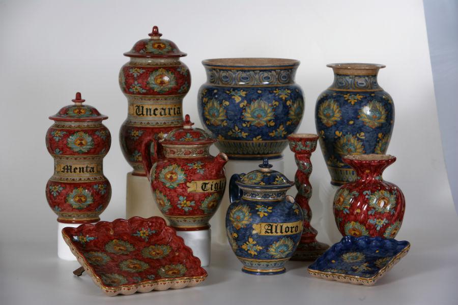 Maiolica di Gubbio - Ceramiche Biagioli: vasi decorati con i motivi della tradizione