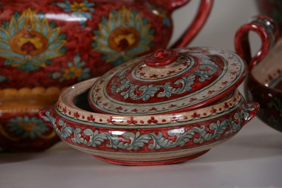 Maiolica di Gubbio - Ceramiche Biagioli: Particolare di una ciotola con coperchio nel classico colore rosso rubino di Gubbio. Courtesy Ceramiche Biagioli