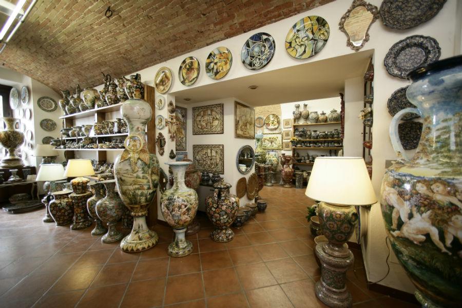 Maiolica di Gubbio - Ceramiche Biagioli: interno del laboratorio in Piazza della Signoria 3