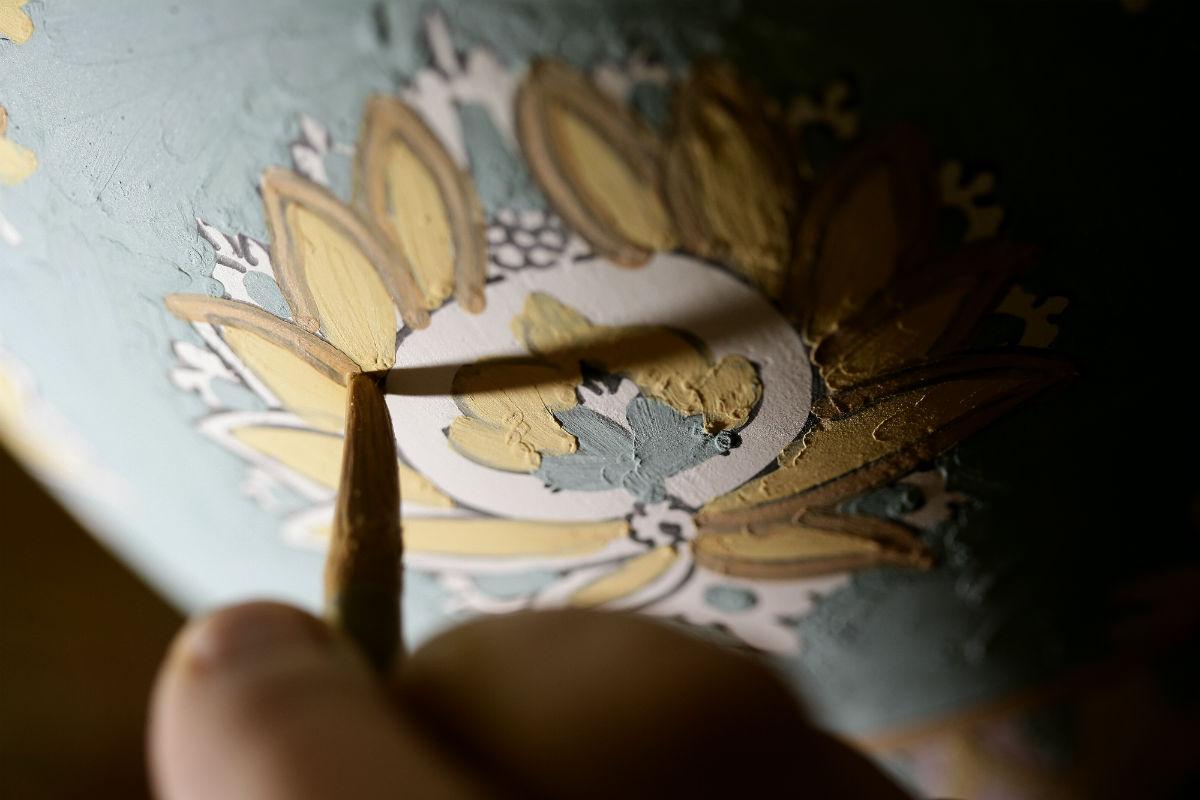 Maiolica di Gubbio - Ceramiche Biagioli: Mani sapienti all'opera nella decorazione della maiolica