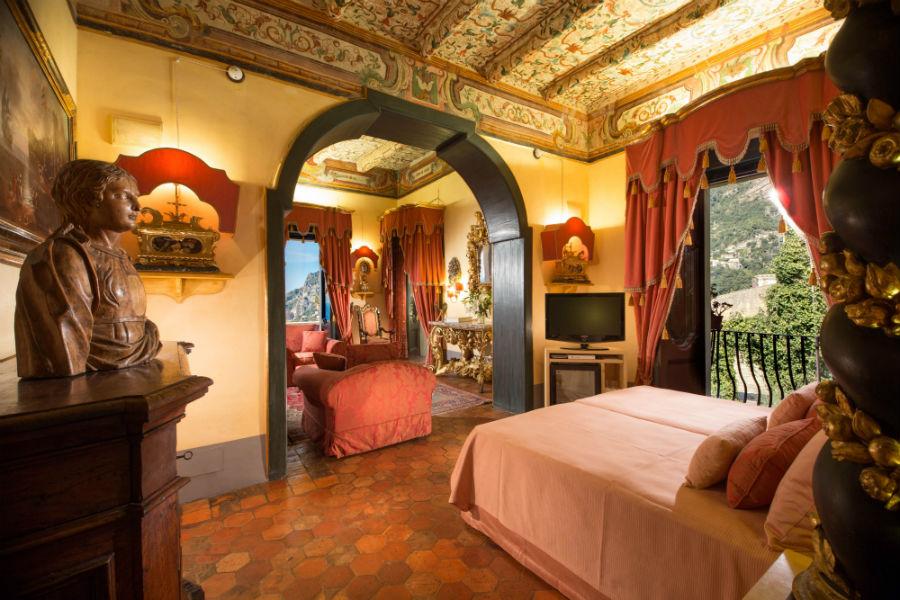 Interno di una camera di Palazzo Violetta che domina Positano
