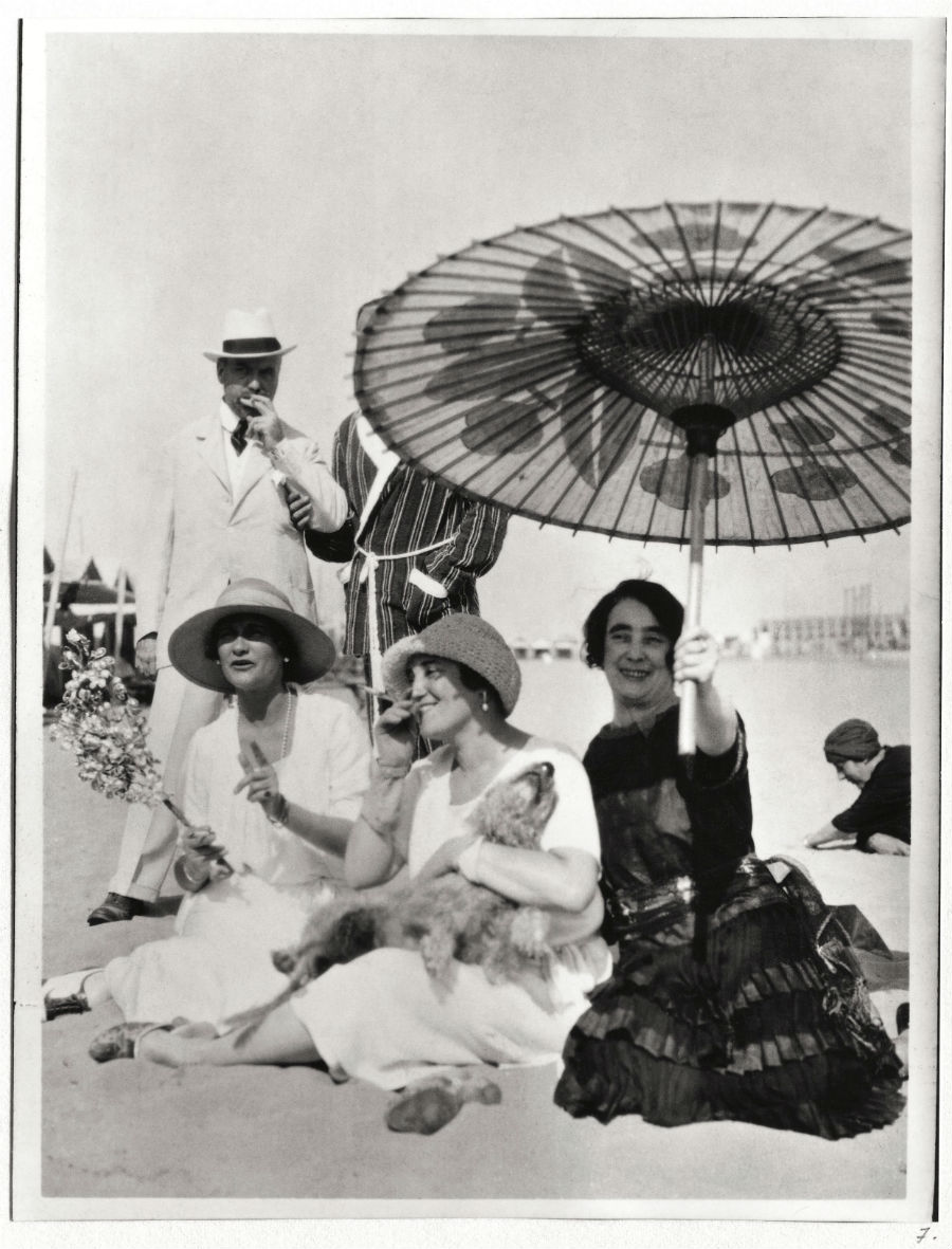 Profumi Chanel - collezione Eaux de Chanel: un'immagine vintage di Gabrielle - ANONYMOUS Gabrielle Chanel at the beach on the Lido with Misia and José Maria Sert and Madame Philippe Berthelot, 1920's, credits Private Collection