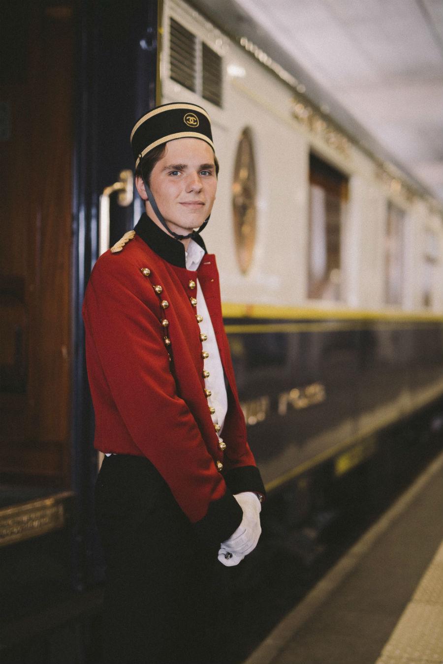 Profumi Chanel - collezione Eaux de Chanel: nell'immagine un ragazzo con la divisa dell'Orient Express