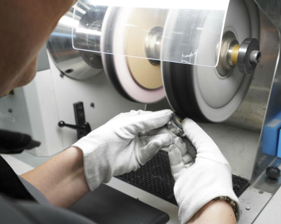Schaffhausen - la nuova manifattura Iwc: nell'immagine una fase di lucidatura manuale delle casse. La loro produzione (prima dislocata a Neuhausen) è ora tutta all'interno del nuovo edificio. ®Marco Scarpa