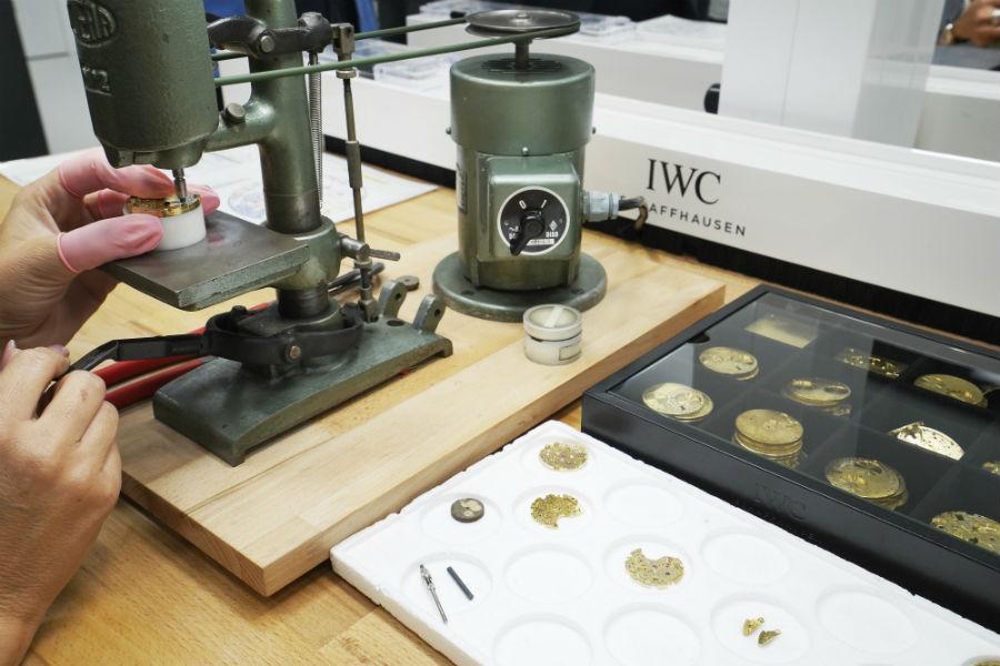 """Schaffhausen - la nuova manifattura Iwc: nell'immagine la finitura delle platine, qui decorate una ad una con motivo a """"perlage"""". ®Marco Scarpa"""