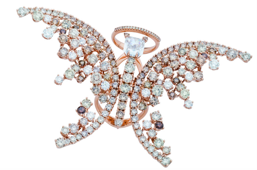 Collezione Animalia, Damiani Gioielli: anello con round-cornered rectanguale fancy blue da 2,52 carati è montato su oro rosa amabilmente contornato da diamanti multicolore bianchi e brown, in un'armoniosa alternanza che rievoca la bellezza impalpabile di una farfalla in volo.