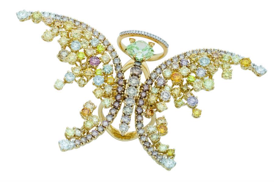 Collezione Animalia, Damiani Gioielli: nell'anello proposto, un cushion fancy intense yellowish green da 3,15 carati è avvolto dai tanti diamanti bianchi e gialli, in cui i bagliori di luce sono esaltati dall'oro giallo.