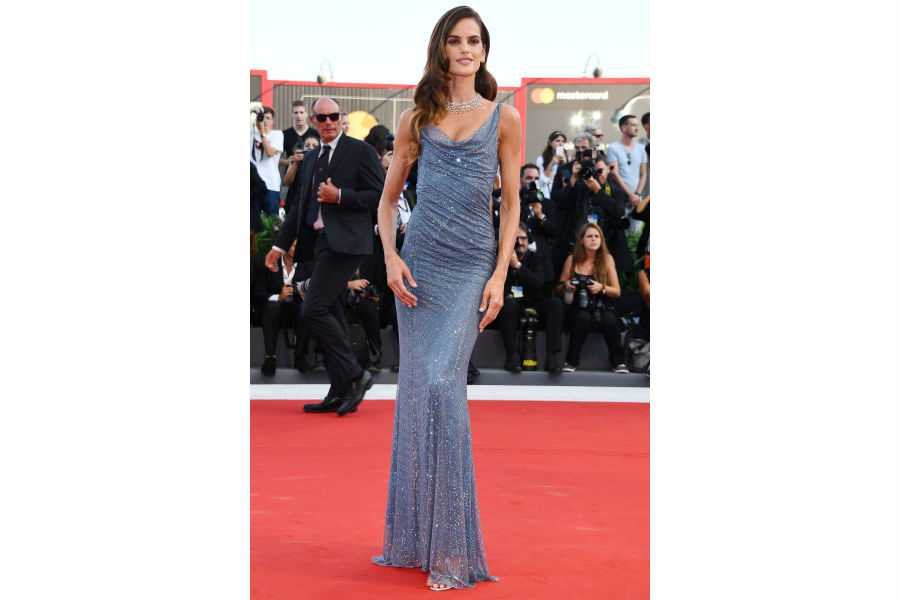 Festival del cinema di Venezia 2018 - i look del red carpet: Izabel Goulart in Alberta Ferretti