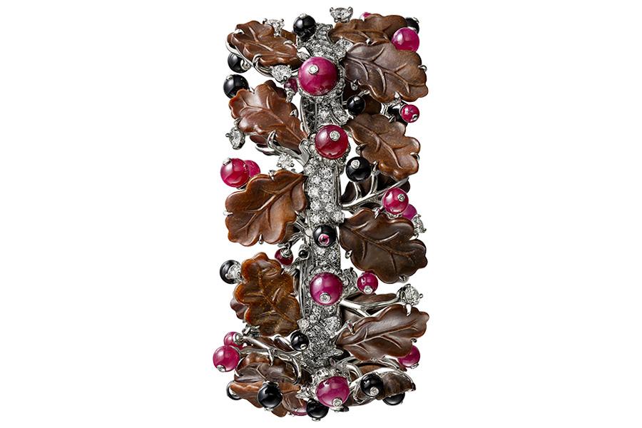 Glittica: Résonances De Cartier - Rubra – Bracciale - Oro bianco, sferette di rubino e onice, brillanti (8,69 cts). Le foglie col tipico disegno della quercia sono scolpite nel legno pietrificato.