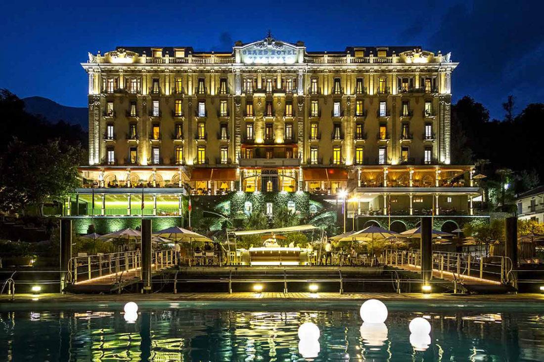Il Grand Hotel Tremezzo sul Lago di Como: facciata principale al tramonto