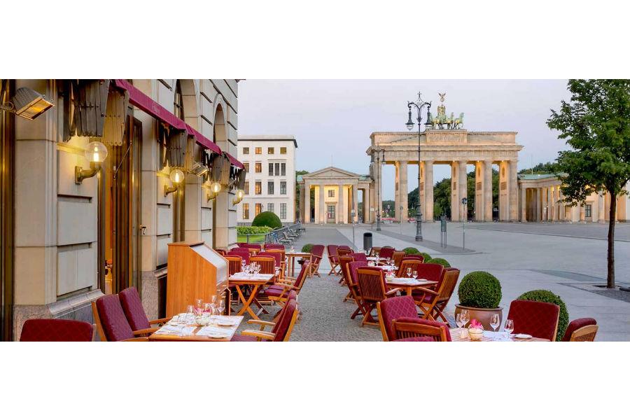 Hotel Adlon Kempinski Berlin: esterno con vista sulla suggestiva porta di Brandeburgo